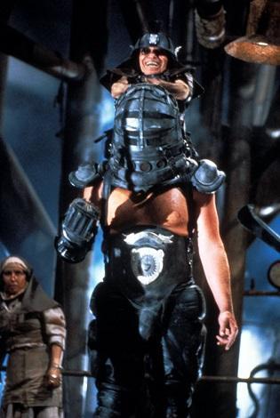 「入るのは二人、出るのは一人」の名セリフもあるサンダードームという闘技場でどちらかが死ぬまで戦うというシーンで出てくるメタン工場がある地下施設を支配する二人組マスター・ブラスター